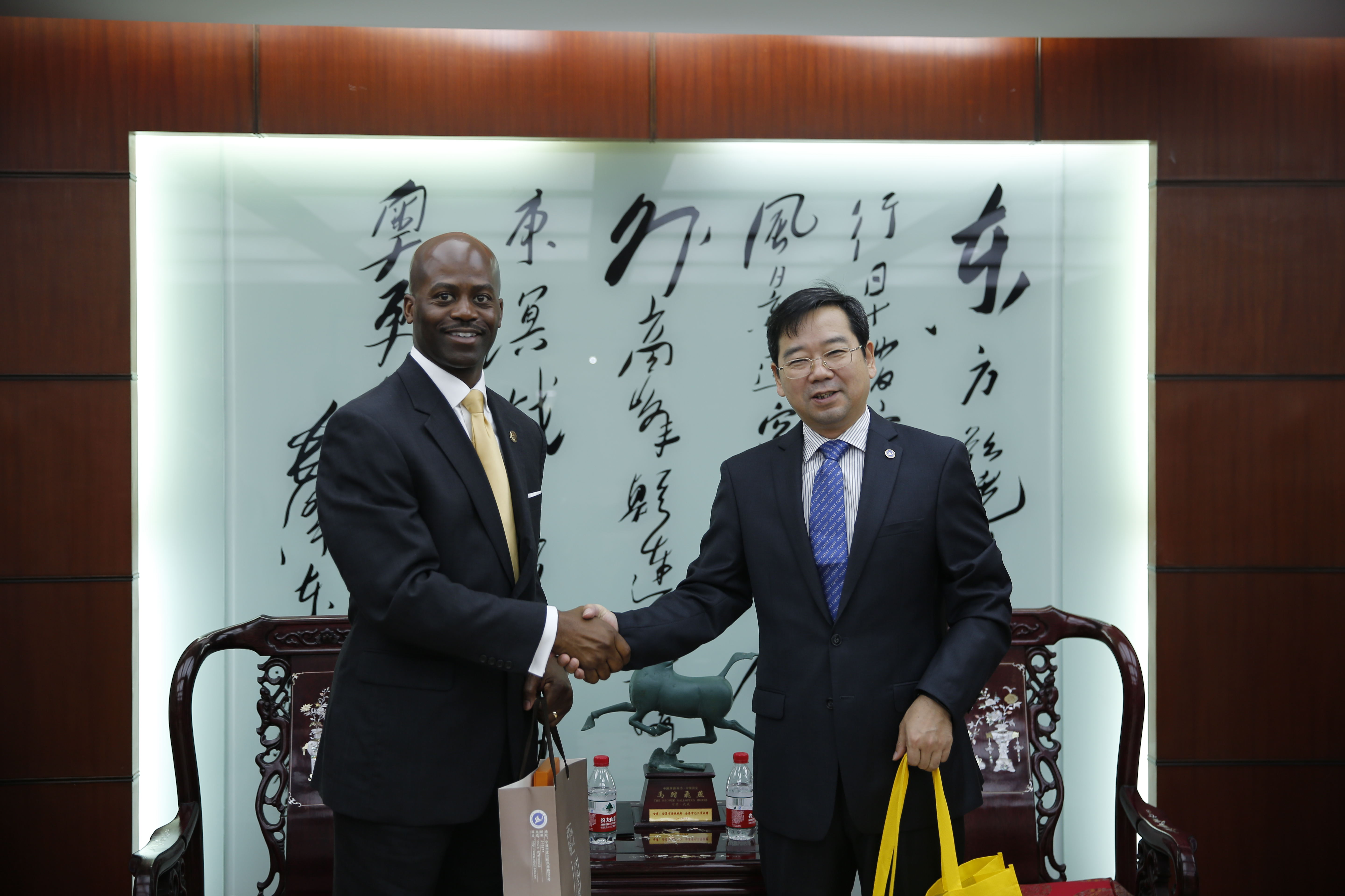 President Jenkins and the President of Ningbo University sign education agreement